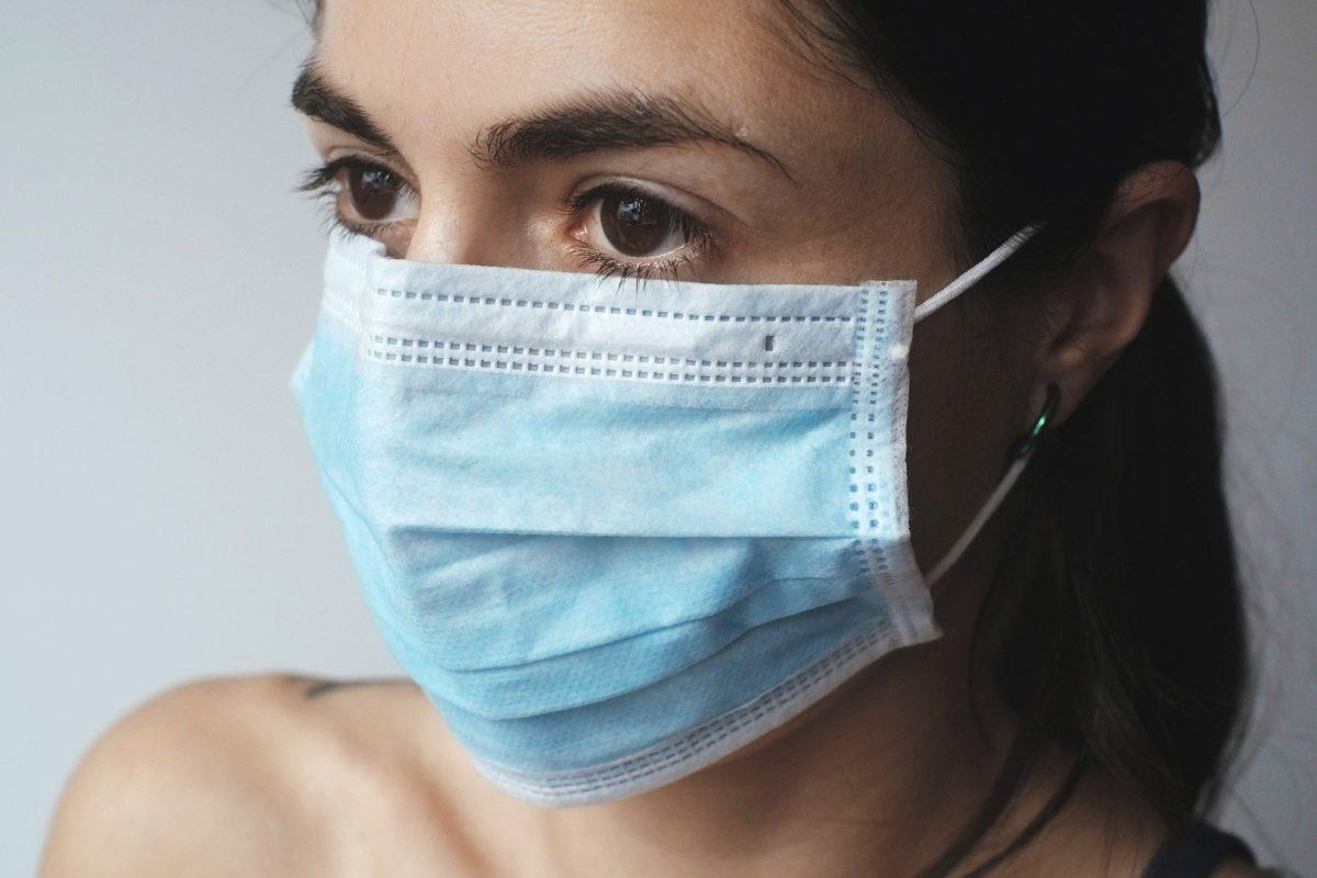 Pytania od czytelników. Pielęgniarka na kwarantannie po styczności z kolegą (ratownikiem medycznym) z pozytywnym wynikiem na obecność SARS-CoV-2 – wymiar zasiłku chorobowego.